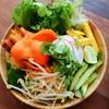สลัดที่ใส่ผักสด ผักลวกและผักต้ม-อาหารประจำชาติของอินโด