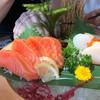 แซลมอนซาชิมิมาในราคา 200 บาทที่ปลาหนาและสดมาก ส่วนหอยเชลล์โฮตาเตะก็นุ่มสุดๆ