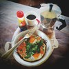 อาหารเช้า ไข่กระทะทรงเครื่อง กาแฟร้อนต้มด้วยกา moka pot