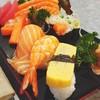 ข้าวปั้นคำใหญ่มากับแซลมอน และปลาทูน่าซาชิมิชิ้นหนา