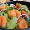 แซลม่อนชิ้นหนาๆ กับผักสดๆ กินกับซอสสลัดญี่ปุ่น ละมุนจริงๆ 215 บ.