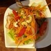 ยำปลาแซลมอน ตอนสั่งคิดว่าเป็นปลาแซลมอนดิบ แต่พอมาแล้วเป็นแบบสุก อร่อยดีค่ะ รสชาต