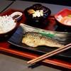 ปลาซาบะที่เสริฟสไตล์ญี่ปุ่น พร้อมข้าว สลัด และซุปมิโซะ ต้องลอง!