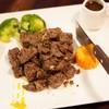 Steak เนื้อหั่นเป็นชิ้นลูกเต๋า ผัดกับพริกไทยดำ เสิร์ฟพร้อมซอสเกรวี่สุดอร่อย