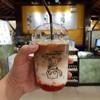 เป็นกาแฟใส่ซอสสตอเบอรี่ที่ทางร้านทำเอง กาแฟอร่อยดี