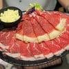 เนื้อออสเตรเลียและเนื้อวากิว เสิร์ฟมาพร้อมกับมอสซาเรลล่าชีส