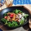สลัดผักย่าง ใช้แอ๊ปเปิ้ล น้ำมันมะกอก บัลซามิก พาเมซานชีสและฟิลเลย์ไอซ์เบิร์ก
