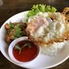 ข้าวไก่ทอดกระเทียมพริกไทย ไข่ดาว