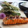 ปลาซัลมอนย่างซอสมะขาม เสิร์ฟพร้อมยำผักบุ้งทอดกรอบ เเละข้าวสวย
