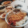 ข้าวแกงกะหรี่หมูทอดร้อนๆ ทอดใหม่ๆ มาพร้อมเซ็ทที่ประกอบด้วย กิมจิ ซุปมิโซะ และ สล