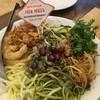 ขนมจีนกับหอย มีซอสราดคล้ายกินขนมจีนน้ำพริกที่มีหอย