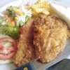 สเต็กปลาทอดรี่ทอดกรอบๆ เสริฟคู่กับเฟรนช์ฟราย, สลัดผัก และขนมปัง