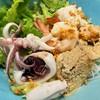 ก๋วยเตี๋๋ยวซีฟู้ด ไส่ทั้งเนื้อปลากระพง กุ้ง หมึกสด และไข่ปลา มีทั้งน้ำและเเห้ง