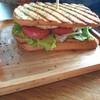 ขนมปัง toasted จนกรอบ ไม่ได้ตัดมาให้เหมือนคลับแซนวิชทั่วไป ทานค่อนข้างยาก อร่อยต