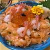 ข้าวหน้าแซลมอนสับ กับกุ้งหวาน โรยไข่ปลาแซลมอน