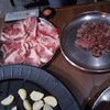 เนื้อติดมันย่างกินพร้อมกับกระเทียมแร็พผักพร้อมกับสูตรน้ำจิ้มของทางร้านที่เป็นน้ำ