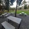 มีทั้งโต๊ะนั่งและยริเวณนั่งปิกนิคในสวน
