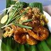 ผัดไทยซอสสับปะรด สร้างสรรค์มาก ทำออกมาได้กลิ่นหอมสับปะรด กุ้งสดมากตัวใหญ่