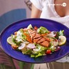 สลัดผักจานใหญ่ ท็อปด้วยแซลมอนไซซ์กำลังดี ราดด้วยน้ำสลัดคุณภาพดีสูตรไม่มีน้ำตาล