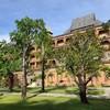 ตึกสำหรับห้องพักเป็นห้องๆ อยู่ฝั่งขวามือตรงข้ามกับที่พักแบบวิลล่า