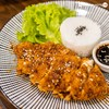 ไก่ทอดกรอบร้อน ๆเสิร์ฟเข้มข้นสไตล์ญี่ปุ่น โรยงาขาวคั่วให้กลิ่นหอมจนอดใจไม่ไหว