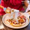 พิซซ่ารสเด็ดหน้าไส้กรอกไก่เนื้อแน่น แป้งหนานุ่ม ชีสยืดดดดดด !  ขอบแป้งกรุบกรอบ