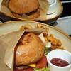 เนื่องจากสั่งเบอร์เกอร์มาสองแบบพร้อมกัน ตัวด้านหน้าน่าจะเป็น Cheese Burger  อันท