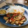 เนื้อตุ๋นมาหั่นเป็นชิ้นพอดีคำ มาผัดด้วยน้ำซอสกะเพรา กินกับข้าวสวยและไข่ดาวกรอบ