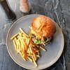 เบอร์เกอร์เนื้อวากิวสับพร้อมหอมทอด เนื้อชุ่มฉ่ำความสุกกำลังดีกินคู่หอมทอดและขนมป