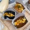 ขนมปังนุ่ม+ไข่นุ่ม ราดซอสมาโย+ศรีราชามาโย โรยหน้าด้วยพาร์สลี่ย์อบแห้ง
