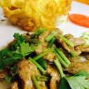 ข้าวหมูกระเทียมไข่เจียว หอมพริกไทยดำ