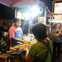 ร้านแผงลอยริมปิง มีที่นั่งกินบนทางเท้า คนต่อแถวยาวเฟื้อยๆๆๆ แต่นั่งรอไม่ทันเมื่อ