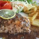 เซลมอนสเต๊ก เนื้อปลาเซลมอนนอร์เวย์ชิ้นหนาย่างมิเดียมราดด้วยซอสลับฉบับคูซีน