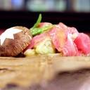 แก้มปลาทูน่าย่างบนใบโฮบะ !!