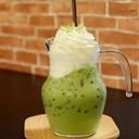 ชาเขียวจากไร่ชาระมิงค์ แต่งด้วยวิปปิ้งครีม