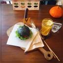 เบอเกอร์ไก่พริกไทยดำ เนื้อแป้งชาโคล พร้อมชาน้ำผึ้งมะนาว