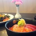ข้าวหน้าปลาสามอย่างนั่นเอง ข้าวญี่ปุ่นหุงได้สวย รสชาติดี ทานง่าย ให้มาเยอะทีเดีย