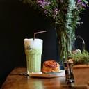 Matcha ชาเขียวเย็นกับขนมอุ่นๆ