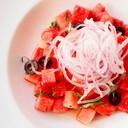 สลัดแตงโมคลุกกับน้ำมันมะกอกและมะนาว เพิ่มรสชาติด้วยพริกเกลือ