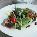 ทูน่าสลัดแบบฝรั่งเศสตอนใต้ มีรสเปรี้ยวนำ เค็มจากแอนโชวี หวานจากผักและมะเขือเทศ อ