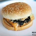 ขนมปังเบอร์เกอร์โรยงาที่คุ้นเคย ตามด้วยตัวซอสเยิ้มๆ สาหร่ายและผักกาดแก้ว