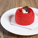 มูสเค้กเนื้อนุ่ม สอดไส้แยมราสเบอรี่ เคลือบด้วยช็อดโกแลตการโรยผงแพตตาชิโอ