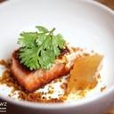 แซลมอนชิ้นใหญ่หนาทานคู่กับเยลลี่ต้มยำที่มีรสชาติเข้มข้นจัดจ้านมาก