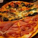 pizza 2 หน้าปาร์ม่าแฮมและผักโขมพิซซ่าเตาถ่านอร่อยดีครับ
