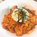 ข้าวญี่ปุ่นเม็ดสั้นๆผัดกับกิมจิรสชาติจัดจ้าน โปะหน้าด้วยไข่ดาวและสาหร่าย