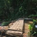 มีสะพานข้ามไม้ แต่ใครน้ำหนักจัวเยอะมากสะพานปูนให้ข้ามด้วยน้า