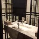 ห้องน้ำแยกเป็นโซนอาบน้ำ กับห้องน้ำ โอเคเลย กระจกใส แต่สามารถเอาม่านลงได้