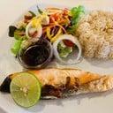 เมนูกินบ่อย ข้าวผัดกระเทียมรสชาติกำลังดี กินกับแซลมอนทอดราดซีอิ้วญี่ปุ่น มีสลัดร