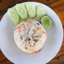 ข้าวผัดที่แห้ง อร่อย ไม่เลี่ยน แถมมีน้ำซูปให้ด้วย แตงกวาชิ้นใหญ่ พริกมะนาวน่ำปลา