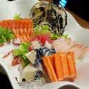 ปลาแซลมอน ปลาหมึก ปลาซาบะ ปลาเนื้อขาว ปลาทูน่า และปูอัด